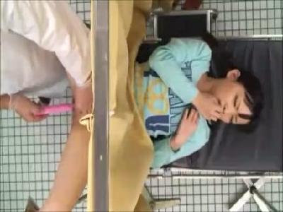 【SEX熟女動画】母親と産婦人科に来たおさげ女の子が悪徳医師に玩具と肉棒で処女崩壊させられる