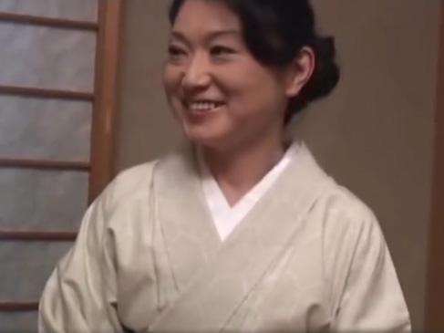 【SEX熟女動画】旅館の女将は「入れて」と懇願!若棒欲しさに着物姿でご奉仕しまくりww
