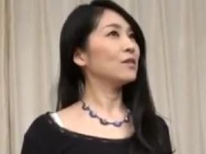 【SEX熟女動画】50代近い綺麗な奥様!初めてのハメ撮りに緊張するマダムに種付け!