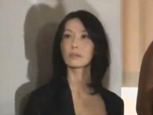 【SEX熟女動画】近親逆レイプ中出し!狂気の美魔女母が息子と彼女を拘束して…