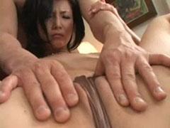 【SEX熟女動画】アソコに食い込んだパンツからはみ出たマン肉をムニムニされてる熟女