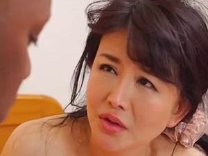 【SEX熟女動画】黒人の巨根2本で半ば強引に犯されてしまう40代後半のお水っぽい熟妻