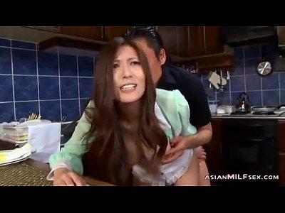 【SEX熟女動画】目の前に居る夫…。キッチンの影に隠れ隠れて不倫セックスをするスレンダー美乳の美熟女。必死に声を押し殺す…
