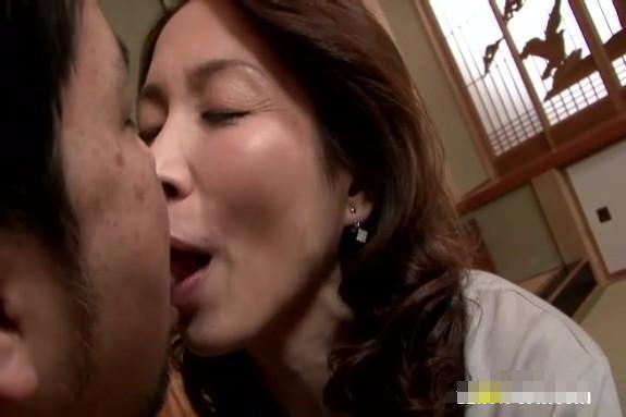 【SEX熟女動画】高校生の息子に覗かれている事に気づかず浮気SEXに没入する淫乱ばばあww