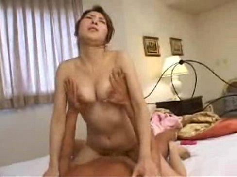 【SEX熟女動画】スレンダーで美乳な熟女のマンコをローターで弄り、さらにローターより太い肉棒でかき回すハードセックス!