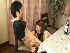 【SEX熟女動画】友達の奥さんがテーブルの下でフェラチオしてくれたwww