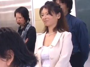 【SEX熟女動画】父兄参観日に痴漢されるママさん達!学校内母娘親子丼!