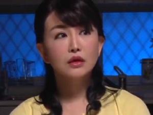 【SEX熟女動画】父親の再婚相手である継母は50代手前ながら艶っぽい美魔女で…母子合体!!