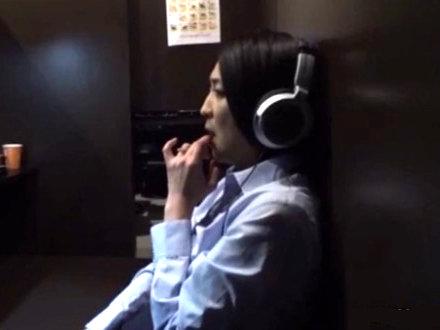 【SEX熟女動画】マンガ喫茶でオナニーしてる美人な熟女を発見したので観察ww