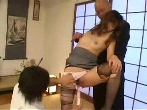 【SEX熟女動画】パンストをボロボロに破かれた美乳美魔女が2本の肉棒で口やマンコを好き放題突かれる過激3Pセクロス。