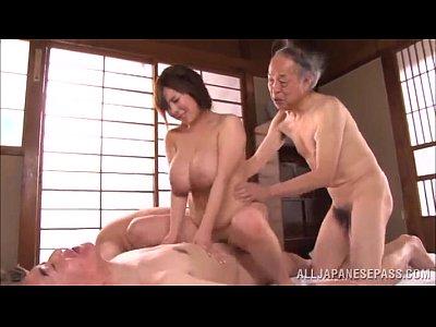 【SEX熟女動画】美巨乳で美人な幼な妻介護士が老人達に囲まれパコられる乱交セックス!口やマンコに次々肉棒を挿入されていく…
