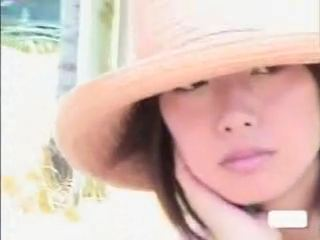 【SEX熟女動画】キレイ過ぎる人妻の胸チラ乳首チラを隠し撮りww