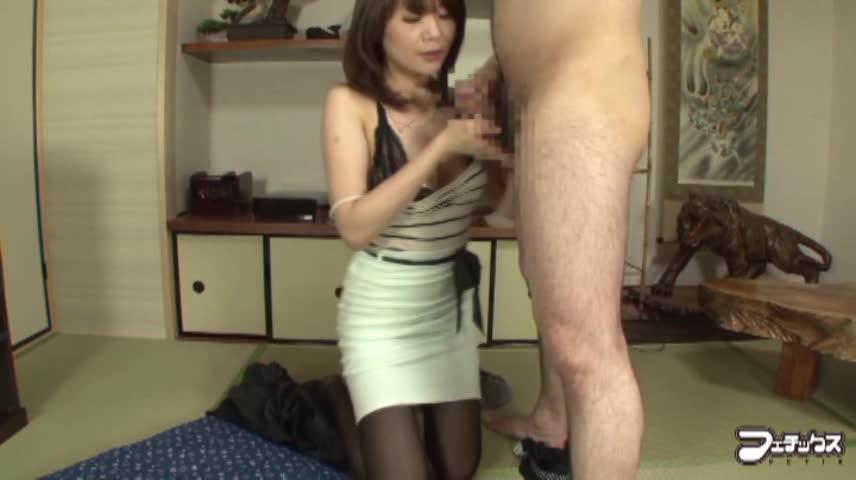 【SEX熟女動画】欲求不満な美乳美女な熟女OLにセンズリ鑑賞させた結果。即発情し手コキやフェラで奉仕した肉棒をマンコにおねだり!