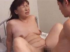 【SEX熟女動画】垂れたオッパイを揺らして中イキを繰り返す母親の本気のアヘ顔