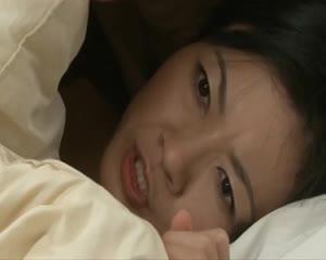 【SEX熟女動画】最近相手の熟女、その連れ子の美乳少女を両方とも頂く淫獣オヤジ。激しいピストンで親子のマンコを味わう。
