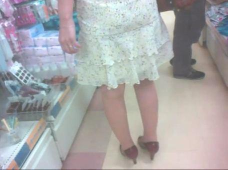 【SEX熟女動画】買い物中のふくらはぎがエロい人妻を逆さ撮りパンツ盗撮www