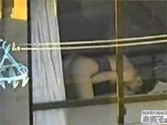 【SEX熟女動画】一眼レフの望遠レンズで遊んでたらオナニー中の人妻を目撃!!!