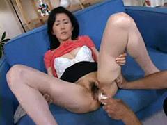 【SEX熟女動画】おばさんの年季の入ったアワビマンコに極太ディルドをぶち込む!