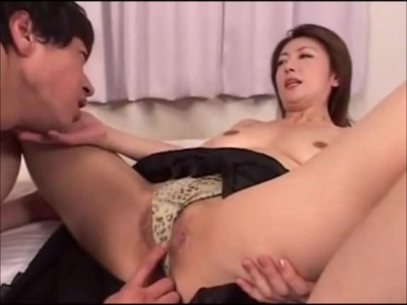 【SEX熟女動画】息子を誘惑して近親○姦する淫乱美人熟女な母親