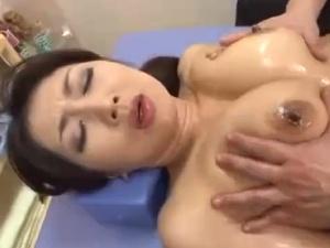 【SEX熟女動画】オイルマッサージで発情して悶絶するフェロモン熟女妻