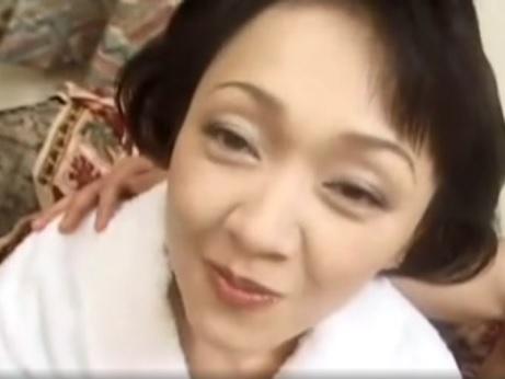 【SEX熟女動画】最近初孫が生まれたと喜ぶ六十路人妻とハメ撮りSEX!若い男の反り返ったチンチンで悶絶ww