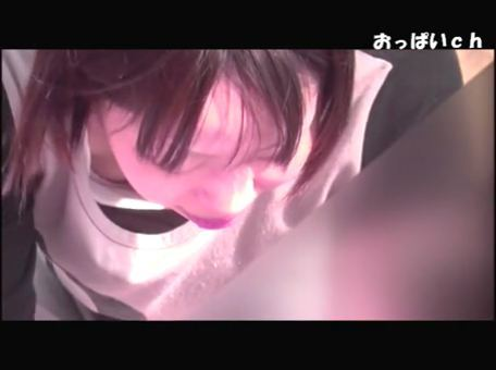 【SEX熟女動画】公園で子供と遊ぶ可愛い若妻がパ○チラ胸チラしまくりww