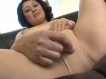 【SEX熟女動画】緊張してたのにカメラの前でオナニー始めると淫靡に变化しちゃった五十路熟女