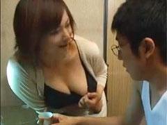 【SEX熟女動画】勉強ばかりしてる受験生に胸チラで誘惑するムチムチボディの巨乳おばさん