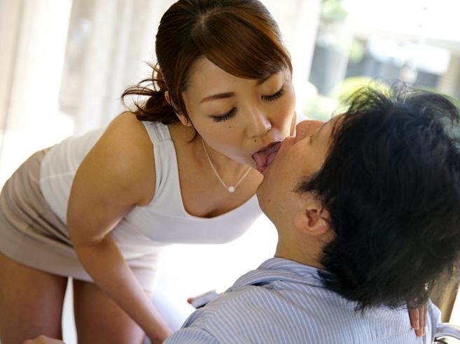 【SEX熟女動画】事故で歩けなくなった娘婿のち○ぽが立派すぎてしゃぶってしまう熟女 市川彩香