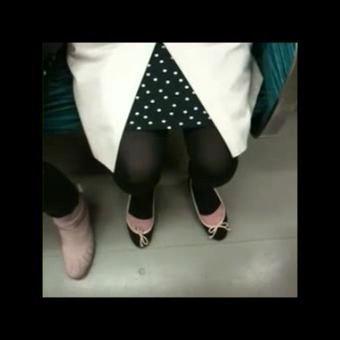 【SEX熟女動画】電車の座席に座るトレンカ熟女を隠し撮りww