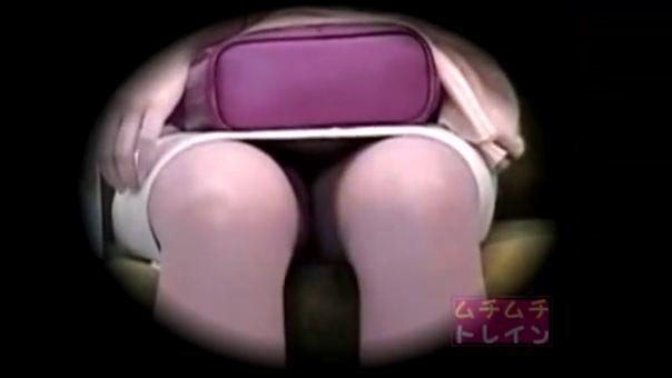 【SEX熟女動画】電車内で人妻熟女の対面に座りパンツを隠し撮りww