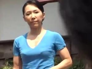 【SEX熟女動画】ほっそりとした五十路熟女母と息子が家の庭でねっとりな母子相姦・青姦!