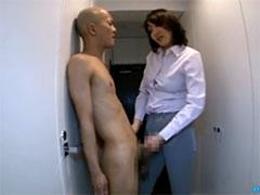 【SEX熟女動画】男子生徒を全裸にさせ寸止め手コキ責めをする巨乳の熟女教師