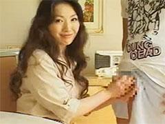 【SEX熟女動画】色気たっぷりの美人な熟女が男優の勃起したペニスを握って興奮してますwww