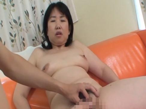 【SEX熟女動画】若棒が大好きな毛深いおばさんに挿入するとすぐに腰を振りだす卑猥熟女ww