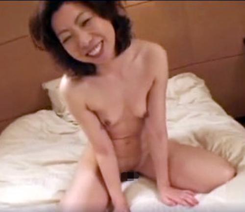 【SEX熟女動画】『3Pしているみたいで興奮する』と五十路ながら益々性欲高まる熟女の膣圧にたまらず膣内射精暴発