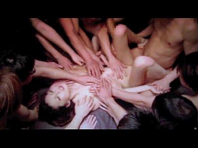 【SEX熟女動画】スレンダーで美乳な色白美人熟女が大量の男達にパコられる輪姦セックス!次々に突き上げられ、顔面が真っ白になる程の連続顔射!