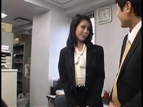 【SEX熟女動画】欲求不満で美乳な若妻OLがエロ下着で上司を誘惑!ビキビキの肉棒をネットリシゴきあげる中出し不倫セクロス!