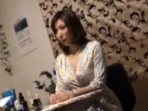 【SEX熟女動画】絶世の美女で美乳な人妻!マッサージで何と膣内射精される!