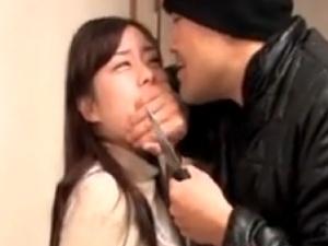 【SEX熟女動画】ナイフで脅されてレXプされる人妻。旦那は近くにいるが・・・哀しき結末