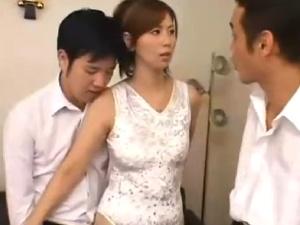 【SEX熟女動画】息子を庇う美熟女な人妻に襲い掛かり犯す3人の同級生たち