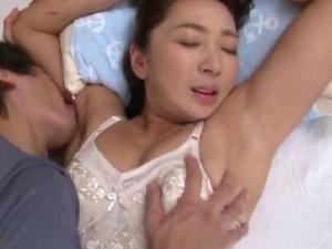 【SEX熟女動画】ムッチリ具合が最高な40代熟妻を夜這いして激しい背徳性交!