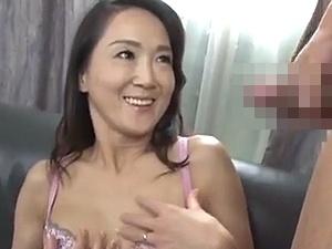 【SEX熟女動画】50代淑女奥様が嬉し恥ずかしシコシコ鑑賞!ムラムラして自分もマンズリを・・・!!!