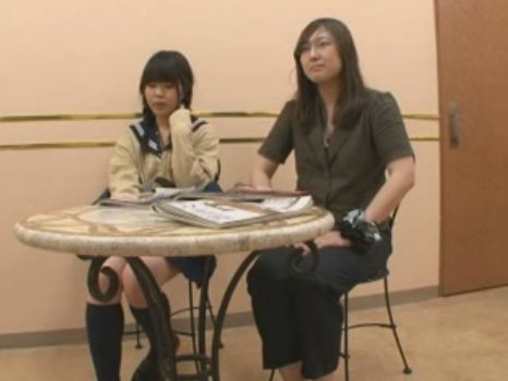 【SEX熟女動画】母親と一緒に高級エステへやってきた制服JKがエッチなマッサージの餌食に