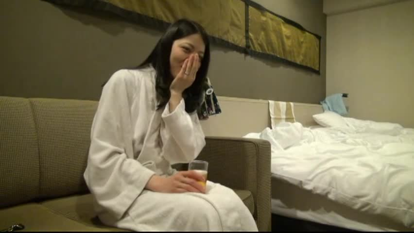 【SEX熟女動画】スレンダーで美人!欲求不満な素人若妻が他人棒に喘ぐ浮気ハメ撮り。夫より大きな肉棒に愛液が溢れる。