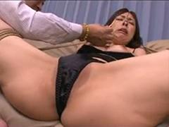 【SEX熟女動画】鼻の穴に無理矢理ティッシュを入れられる人妻