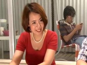 【SEX熟女動画】息子の視線を感じながら息子の友達とエッチしてしまう猥褻な熟母