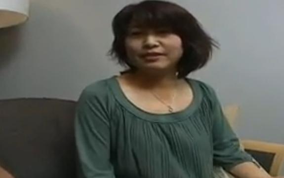 【SEX熟女動画】「生で挿れて・・・」ナンパした五十路人妻が若い男根に我慢できなくなり・・・
