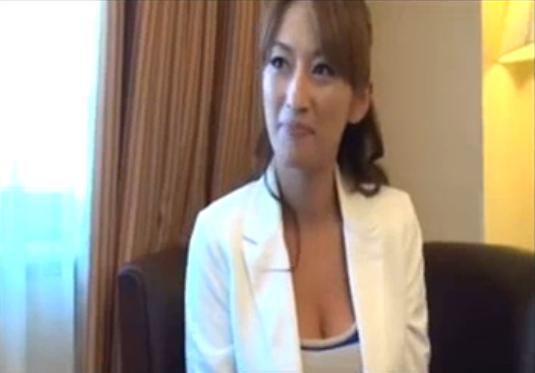 【SEX熟女動画】フェロモン満載の四十路巨乳熟女が初対面チ○ポで淫らに喘ぎます。