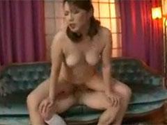 【SEX熟女動画】子宮口をズンズン突き上げてくる息子のティムポを膣中で締めつける熟女母